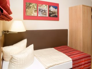 http://www.hotel-hauer.de/wp-content/uploads/2016/02/EZ_Zimmer_Hotel_Hauer-320x240.jpg